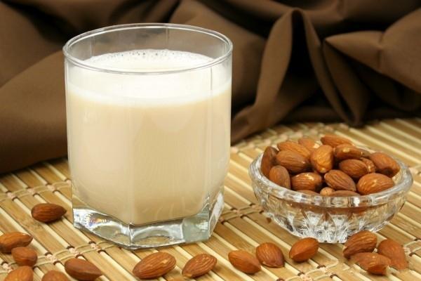 Приготовить молоко из орехов